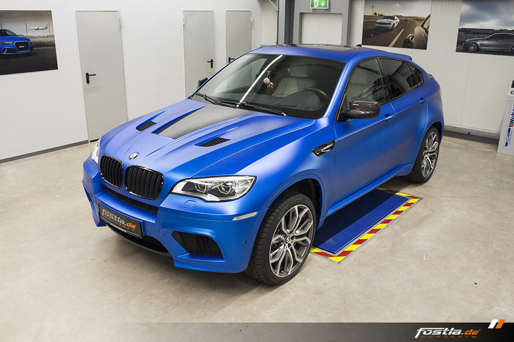 BMW X6M E71 Car-Wrapping Vollfolierung KPMF Blau Carbon 7.jpg